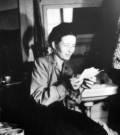 beauvoiriana: Simone de Beauvoir dans sa chambre à l'Hôtel Louisiane. C'est là où elle a écrit Le sang des autres. Années 1930, París. Fotógrafo: Denise Belon.