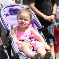 Harper Beckham, à poussette avec sa mère Victoria et ses frères Romeo et Cruz à Los Angeles. Le 27 mai 2013.