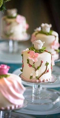 Mini cakes for guests in lieu of cupcakes. Gorgeous Cakes, Pretty Cakes, Cute Cakes, Amazing Cakes, Individual Wedding Cakes, Mini Wedding Cakes, Individual Cakes, Wedding Cupcakes, Fancy Cakes