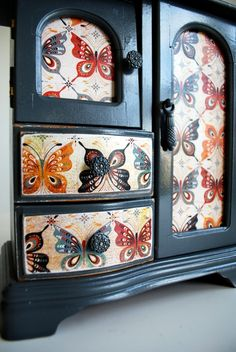 The wooden jewelry box - 43 photos of beautiful wooden boxes - Archzine.fr - Love the butterfly print used in this jewelry box makeover. Jewelry Box Diy, Jewelry Box Makeover, Wood Jewelry Display, Painted Jewelry Boxes, Fall Jewelry, Jewellery Boxes, Jewelry Armoire, Jewellery Storage, Jewelry Organization