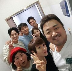 """'Familyhood' Kim Hye-soo and Ma Dong-seok take a selfie with cast: """"'Familyhood' is open now"""""""