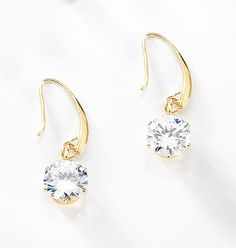 47b8fea571b8 Pequeños aretes con 4 baños de oro de 18 kt y cristales Diamonice® con  sujeción tipo garfio. Modelo 415214.