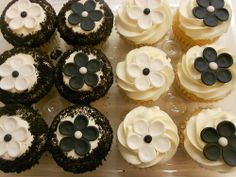 Black and white flower cupcakes (1122)