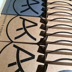 Die nächste Lieferung für Amazon. Wow, wir sind ganz überwältigt, wie viele unsere Idee vom Portemonnaie schon gekauft haben. Die erste Produktion ist ab verkauft, Runde 2 ist bereits unterwegs, vielen Dank für die vielen tollen Feedbacks von euch! #danke #lifequotes #travelwallet #noleather #portemonnaie #papier #geldbeutel #herren #damen #leicht #kreditkartenetui #vegan #wasserfest #robust #minimalist #kunstleder #recycelbar #madeingermany #travelgram #vegantravel #veganproduct…