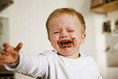 Il bimbo più tranquillo, a partire dai due anni, improvvisamente, in alcune situazioni, si trasforma in una piccola furia che urla e strepita. I genitori rimangono spiazzati ma è tutto normale: la rabbia è un segnale di crescita. Come comportarsi? Basta mantenere la calma e lasciare che la tempesta passi