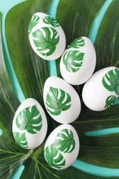 Learn how to create tropical-inspired Easter Eggs in minutes using this adorable free monstera leaf printable and an easy decoupage technique. Mason Jar Crafts, Mason Jar Diy, Crafts To Make And Sell Unique, Weekend Crafts, Diy Ostern, Easter Activities, Easter Celebration, Egg Decorating, Egg Hunt