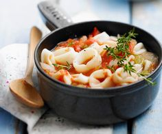 Le chef étoilé Cyril Lignac vous livre une recette facile pour préparer un plat gourmand calamars à la provençale. Vous allez vous régaler.
