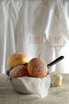 Burger Buns Tipici panini morbidi da fast food ultra soffici, con tanti semi di sesamo,da farcire , avete già capito di cosa si tratta vero? Ecco la mia versione dei Burger buns, dolci al punto giusto e molto soffici.