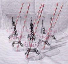 Copos transparentes com o desenho da Torre Eiffel.