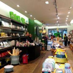 De wereld van Jansje' is echte Haarlemse trots. In 2010 en 2011 uitgeroepen tot de beste winkel van onze stad. Met duurzame producten en verrassende cadeau's. Deze wereld is meer dan een winkel alleen, want naast shoppen kun je hier ook heerlijk lunchen, koffie drinken of genieten van een wisselende tentoonstelling.