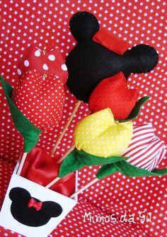 Centro de mesa ou decoração para o tema Minnie.Linda opção como centro de mesa!As tulipas são perfumadas...  Detalhe de coração na parte de trás do cachepot.  Altura total do enfeite: 30 cm