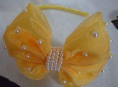 TIARA LAÇO PEROLADO FN… Diy Hair Bows, Diy Bow, Diy Ribbon, Ribbon Crafts, Ribbon Bows, Fancy Bows, Satin Ribbon Flowers, Boutique Hair Bows, Fascinator Hats