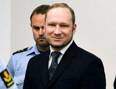 Il sorriso di Breivik durante il processo.