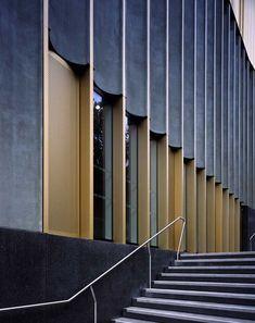 Detalle de los modulos de la fachada. Nottingham Contemporary por Caruso St John Architects. Fotografía © Helene Binet. Señala encima para ver las imágenes en grande.