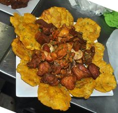 Carne frita tostones (fried pork pieces with fried green plantains) Puerto Rican Dishes, Puerto Rican Cuisine, Puerto Rican Recipes, Carne Frita Puerto Rico Recipe, Boricua Recipes, Comida Boricua, Haitian Food Recipes, Honduran Recipes, Cuban Recipes