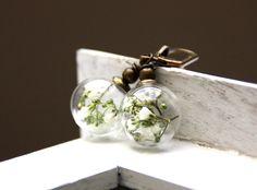 Gläserne Ohrringe mit echten Blüten von julchens* auf DaWanda.com