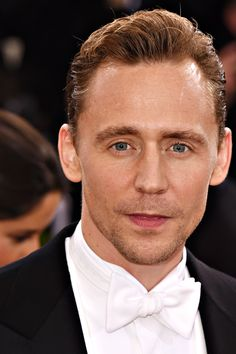 """Tom Hiddleston attends the """"Manus x Machina: Fashion In An Age Of Technology"""" Costume Institute Gala at Metropolitan Museum of Art on May 2, 2016 in New York City. Full size image: http://ww2.sinaimg.cn/large/6e14d388gw1f3i4eekna9j22eo3m84qq.jpg Source: Torrilla, Weibo"""