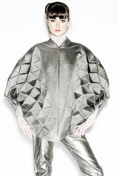 """Moda-escultura >  Chaqueta plateada de estilo """"cocoon"""" de RACHEL POULTER con…"""