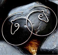 Koníci - tepané náušnice - kruhy - hypoalergenní Tepaní koníci - kruhové, provlékací náušnice pro milovníce koní, vyrobené ručně z chirurgické oceli Osteofix, vhodné pro alergiky. Velikost náušnice 5x5cm, silikonové zarážky V nabídce je také (kliknutím na obrázek přejdete na výrobek): přívěsky: 3x3cm:                                      nebo ...