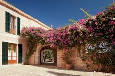 Inner courtyard with pink flowers! Isn´t this stunninng?