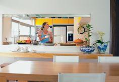 Ótimo exemplo de cozinha! Integrada, com janelão e possibilidade de ser fechada. Só que eu quero que abaixo da janela fique a pia