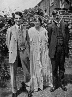 Happy Birthday, D.H. Lawrence, born 11 September 1885 - From left to right: Johm Middleton Murry, Frieda Lawrence and D H Lawrence at Selwood Terrace, London. Probaly taken on the day the Lawrence's were married. Taken by an unknown photographer circa 1914. #O.Lettera-Ti @Libriamo Tutti   http://www.libriamotutti.it/
