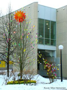 Kirjaston pääsiäispuu. Kuva: Miia Heinonen