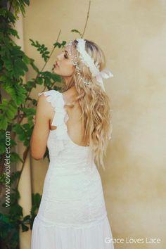 Espalda de novia con sensual escote y original tocado con perlas y cadenitas de plata