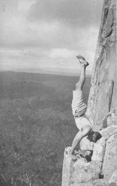 """...un gruppo  di australiani amanti della montagna, tra i quali spiccava  Albert «Bert» Salmon, dipendente del ministero dell'Agricoltura  e grande promotore dell'escursionismo e dell'alpinismo  down under, che sarebbe rimasto amico della famiglia Benuzzi e avrebbe visitato l'Italia nel 1967. Nella foto: Bert Salmon nel 1927, versante est del Monte Coonowrin (noto anche come """"Crookneck""""), una delle Glass House Mountains nel Queensland australiano (Audrey A. Salmon collection)."""