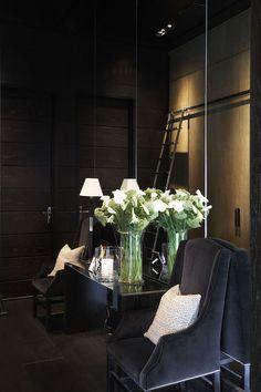 Dark interiors, love the dark grey velvet chairs Wabi Sabi, Decorating Your Home, Interior Decorating, Decorating Ideas, Black Rooms, Dark Interiors, Classic Interior, Contemporary Interior Design, Living Room Carpet