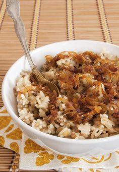 Además del arroz, aquí los ingredientes principales son las cebollas grandes, azúcar morena y un poquito de vino blanco. El resto es preparar y sentarse a disfrutar. Pasos por aquí.