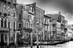 Antichi palazzi lungo il Canal Grande di Venezia foto in bianco e nero
