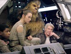 """Atores Harrison Ford (no papel de Han Solo) ao lado de Chewbacca e dos atores John Boyega e Daisy Ridley. Elenco grava cena do episódio 7 de """"Star Wars"""" dirigido por J.J. Abrams"""