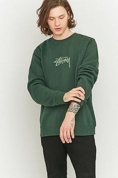 Stussy - Sweat New Stock ras du cou avec broderie vert pin Tomboy Fashion, Fashion Outfits, Mens Fashion, Mode Streetwear, Streetwear Fashion, Reebok, Urban Outfitters, Street Trends, Skate Style