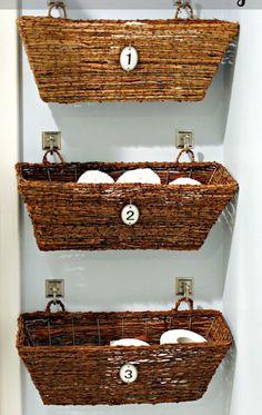 Más rustico.. cestas colgadas !