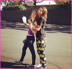 """Bella Thorne And Zendaya Coleman Will Live Chat With Fans From The """"Shake It Up"""" Set On January 10, 2013"""