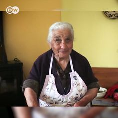 Learning from the Pasta Grannies: The Pasta Grannies from Italy show us how to made traditional Italian pasta. Fusilli, ravioli or lorighittas – a Sardinian specialty. Blue Zones Recipes, Zone Recipes, Pasta Recipes, Cooking Recipes, Fusilli Pasta Recipe, Granny's Recipe, Heritage Recipe, Zone Diet, Spring Food