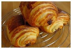 Pains au chocolat divins - La toque de travers Croissants, Sweet Recipes, Cake Recipes, Croissant Recipe, Delicious Desserts, Yummy Food, Brunch, Cuisine Diverse, Home Baking