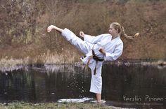 Outdoor Karate-Fotoshooting am See. Weibliche Karateka, Braungurt, 1. Kyu mit Yokogeri im Wasser.  (c) Kerstin Pinnen Photodesign