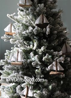 How to make driftwood sailboat ornaments for your Christmas tree, wreath or holiday mantel. Simple and quick. Driftwood Candle Holders, Driftwood Lamp, Driftwood Projects, Driftwood Ideas, Christmas Diy, Christmas Decorations, Christmas Ornaments, Nautical Christmas, Xmas