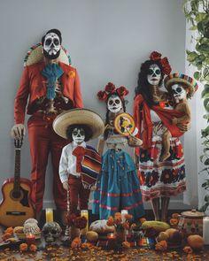 Relatives Halloween costume – all-natural – Primer Halloween, First Halloween Costumes, Family Costumes, Halloween Kostüm, Mexican Halloween Costume, Vintage Halloween, Halloween Makeup, Anime Festival, Day Of Dead Costume