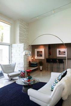 lampadaire alinea arc pour le salon avec un tapis marron foncé