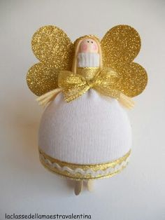 skirt is made from plastic containers that come from prize vending machines La classe della maestra Valentina: angioletto Christmas Angel Crafts, Handmade Christmas Decorations, Diy Christmas Ornaments, Diy Angels, Handmade Angels, Sock Crafts, Clothespin Dolls, Craft Day, Angel Ornaments