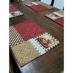 Jogo americano composto por 6 peças, cada um no tamanho de 36x46 Table Runner And Placemats, Quilted Table Runners, Shabby Chic Quilts, Postage Stamp Quilt, Diy Christmas Presents, Quilted Potholders, Floor Pouf, Place Mats Quilted, Mini Quilts