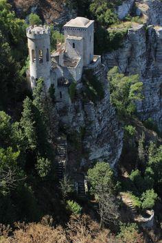 Italia - No século XII, os normandos invadiram a Sicília e, marcando território, construíram o Castelo de Vénus. A enorme construção pode ser encontrada perto da cidade siciliana de Erice. O edifício foi construído em cima de um antigo templo no qual os romanos adoravam a deusa do amor, Vénus, que, na mitologia grega, recebe o nome de Afrodite. A quantidade de história que pode ser encontrada neste lugarejo é alucinante.