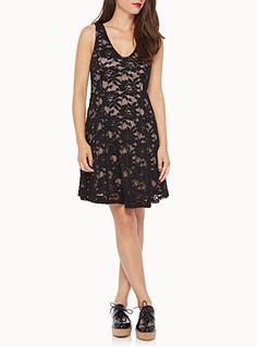 Une robe chic totalement romantique avec sa dentelle noire sur fine doublure stretch «nude»   Double décolleté V   Forme ajustée-évasée dansante    Le mannequin porte la taille petit