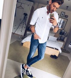 Die: Sneakers + Washed Blue Jeans + White Simple Shirt