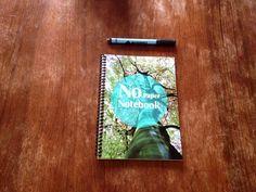 Het No Paper Notebook is gemaakt van papier maar is zo behandeld dat je het kunt beschrijven en vervolgens weer kunt uitwissen. Het werkt als een ouderwets schoolbord maar heeft wel dat prettige handmatige van een notitieboek.