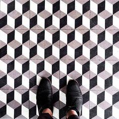 Fotógrafo clica imagens geométricas do chão de Paris para nos lembrar de olhar…