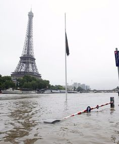Louvre, Musée d'Orsay Close as Flood Waters Rise in Paris